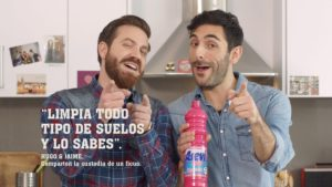 Imagen de dos hombre jóvenes con productos de limpieza del hogar
